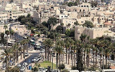 La porte de Damas et la plaza des Palmiers à Jérusalem. (Crédit : Shmuel Bar-Am)