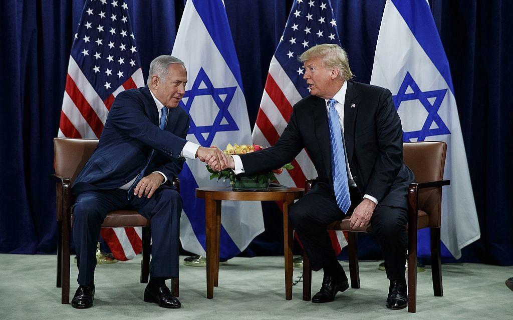 Le président américain Donald Trump serre la main du Premier ministre Benjamin Netanyahu à l'Assemblée générale des Nations unies, le 26 septembre 2018, au siège de l'ONU. (Crédit : AP Photo / Evan Vucci)