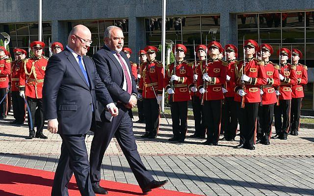 Le ministre de la Défense Avigdor Liberman et son homologue géorgien Levan Izoria attend à Tbilisi, en Géorgie, le 12 septembre 2018. (Crédit : Ariel Hermoni/Ministère de la Défense)