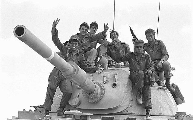 Des soldats  posent sur un tank au début de la guerre de Yom Kippour dans la péninsule du Sinaï, le 6 octobre 1973 (Crédit : Avi Simhoni/Bamahane/Archives du ministère de la Défense)