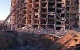 Des militaires américains et saoudiens examinent les dommages causés aux tours Khobar par l'explosion, le 25 juin 1996, d'un camion-citerne à l'extérieur de la clôture nord de l'installation de Dhahran, en Arabie saoudite. L'explosion a tué 19 militaires américains et en a blessé 500 autres. (Crédit photo U.S. Department of Defense)