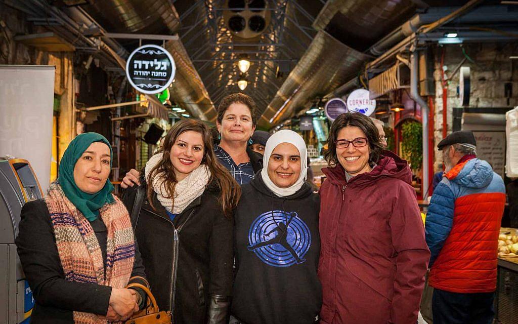 """Les participants au """"Salon des professeurs"""", un projet de coexistence qui rassemble des groupes d'enseignants juifs et arabes au marché Mahané Yehouda, à Jérusalem. (Crédit Eyal Tagar)"""