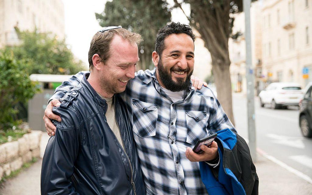 """Des participants au """"salon des professeurs"""", un projet de coexistence qui rassemble des groupes d'enseignants juifs et arabes. (Crédit :Dana Tal-El)"""