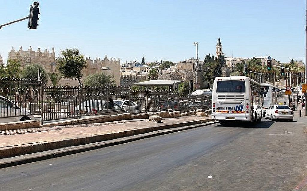 La rue Soliman et la porte de Damas à Jérusalem. (Crédit : Shmuel Bar-Am)