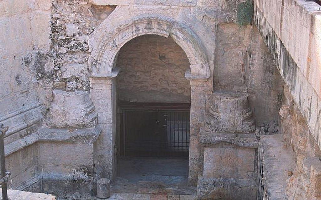 Une entrée intacte de l'époque romaine dans la Vieille Ville, située sous la porte de Damas. (Crédit : Shmuel Bar-Am)