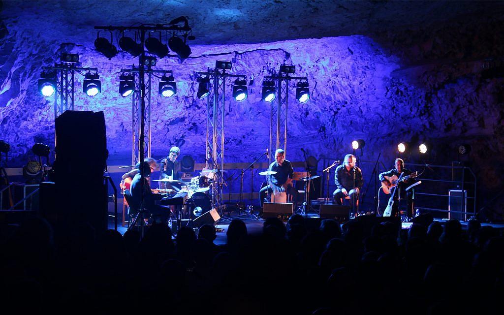 Un concert dans la grotte de Sédécias. (Crédit : Shmuel Bar-Am)