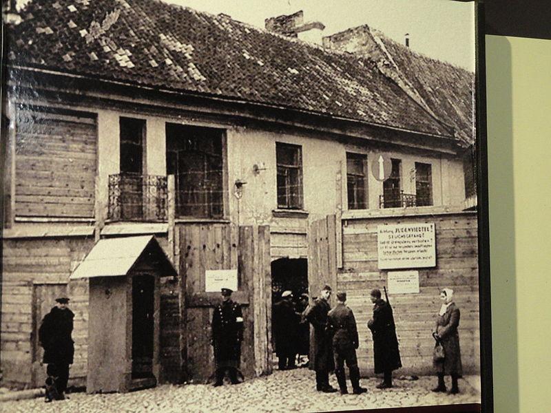 L'entrée principale du ghetto de Vilnius en Lituanie, en 1941 pendant la Seconde Guerre mondiale. (Wikimedia Commons - domaine public)