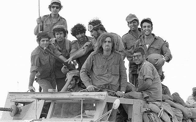 Des soldats réservistes posent sur le toit d'un camion au début de la guerre de Yom Kippour dans la péninsule du Sinaï, le 6 octobre 1973 (Crédit : Avi Simhoni/Bamahane/Archives du ministère de la Défense)