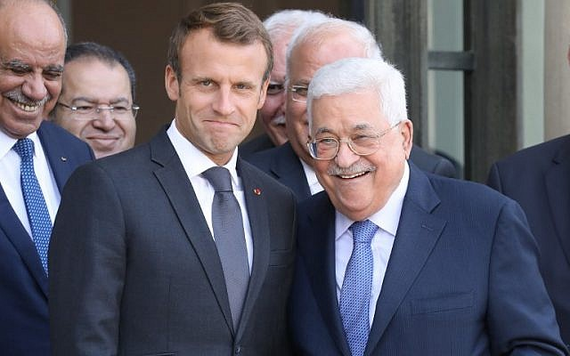 Le président français Emmanuel Macron pose avec le président de l'Autorité palestinienne Mahmoud Abbas après leur rencontre à l'Elysée, à Paris, le 21 septembre 2018. (AFP / Ludovic Marin)