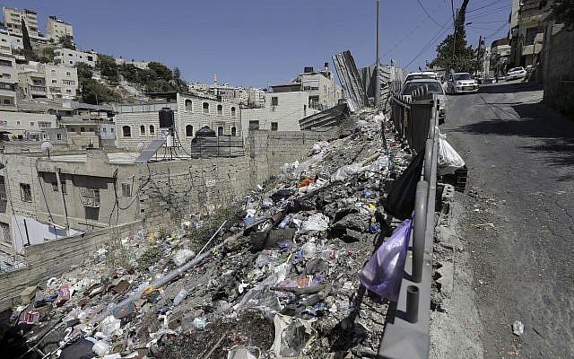 Des déchets jetés sur le bord d'une rue de Jérusalem-Est, le 12 juillet 2018 (Crédit :AP Photo/Mahmoud Illean)