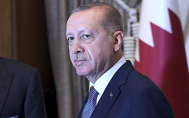 Le président turc Recep Tayyip Erdogan, alors qu'il serre la main à l'émir du Qatar, le sheikh Tamim bin Hamad Al Thani, avant les discussions au palais présidentiel d'Ankara, en Turquie, le 15 août 2018 (Crédit : Service de presse présidentiel via l'AP , Pool)