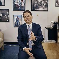 Le chef de l'agence des Nations Unies pour les réfugiés palestiniens [UNRWA], Pierre Krahenbuhl, s'entretient avec un journaliste lors d'une interview accordée à AP le 27 septembre 2018 à New York. (AP/Andres Kudacki)