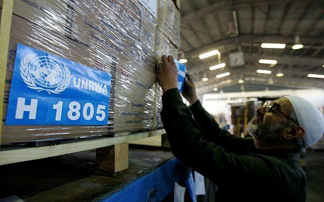 Un employé prépare une cargaison d'aide humanitaire pour Gaza à l'entrepôt de l'organisation caritative hachémite jordanienne à Amman, le 22 janvier 20019, sur cette photo de l'UNRWA (Crédit : AP Photo/Mohammad Abu Ghosh)