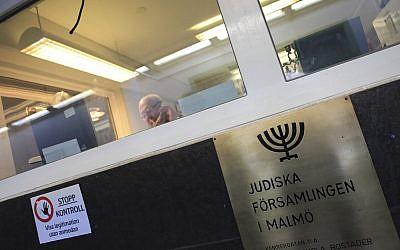 Illustration : dans cette photo du 3 mars 2010, un homme est assis derrière un bureau d'accueil hautement sécurisé du centre communautaire juif situé dans le centre de Malmö, en Suède. (Crédit : AP / Pamela Juhl)