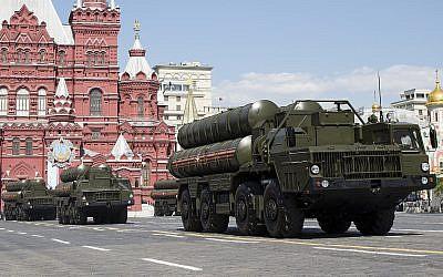 Des systèmes de défense aériens montrés lors d'une parade militaire du jour de la Victoire marquant la victoire sur la place Rouge de Moscou lors de la Seconde Guerre mondiale, en Russie, le 9 mai 2016 (Crédit : AP Photo/Alexander Zemlianichenko)