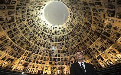 L'ancien Premier ministre roumain , Sorin Grindeanu dans la salle des noms du mémorial de la Shoah de Yad Vashem, le 4 mai 2017 (Crédit : AP Photo/Sebastian Scheiner)