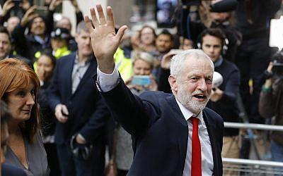 Le chef britannique du Labour Jeremy Corbyn arrive au siège de son parti à Londres, le 9 juin 2017 (Crédit : AP Photo/Frank Augstein)