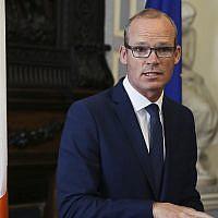 Le ministre irlandais des Affaires étrangères, Simon Coveney, parle aux médias à la  Iveagh House à Dublin, le 16 août 2017 (Crédit : Brian Lawless/PA via AP)