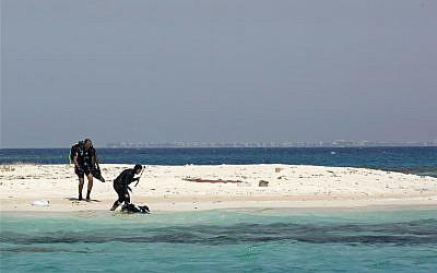 Nouf Alosaimi, instructeur de plongée saoudien de 29 ans, et  Tamer Nasr, instructeur égyptien de plongée, explorent une plage sablonneuse de la mer Rouge, près de la cité économique du roi Abdullah, en Arabie saoudite, le 7 mars 2018 (Crédit : AP Photo/Amr Nabil)