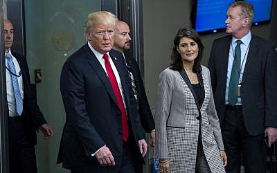 Le président Donald Trump arrive en compagnie de Nikki Haley, l'ambassadrice des États-Unis à l'ONU, lors de la 73e session de l'Assemblée générale des Nations Unies, au siège des Nations Unies, le 25 septembre 2018. (AP Photo/Craig Ruttle)