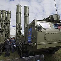 Sur cette photo prise le 27 août 2013, un système de défense antiaérienne  S-300 est présenté à l'ouverture du spectacle aérien MAKS à Zhukovsky, aux abords de Moscou, en Russie, le 27 août 2013 (Crédit: AP Photo/Ivan Sekretarev)