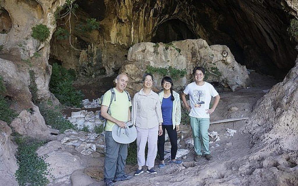 Une équipe de l'université de Stanford et des archéologues israéliens à l'entrée de la grotte de Raqefet où ont été trouvées les plus anciennes preuves d'une fabrication d'alcool par les humains dans le monde. De gauche à droite : Dani Nadel, Li Liu, Jiajing Wang et Hao Zhao. (Crédit: Li Liu)