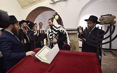 Depuis la gauche : Les rabbins Slomo Koves, Benjamin Jacobs, Asher Faith, et Baruch Oberlander, lors de la consécration de l'espace de prière à la maison de prière juive médiévale, le 6 septembre 2018 (Crédit : Márton Merész)