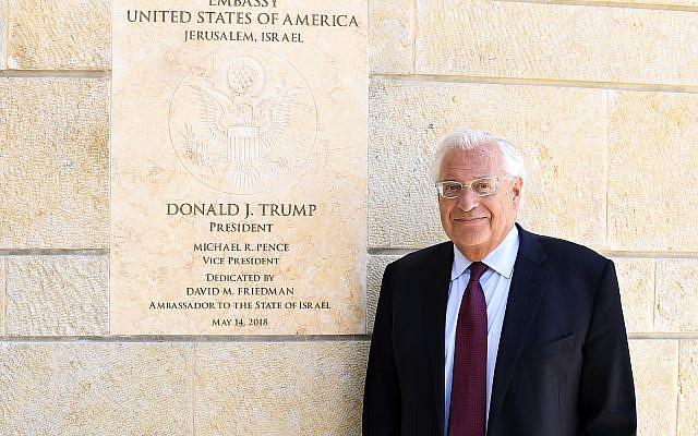"""L'ambassadeur américain en Israël David Friedman à l'ambassade américaine de Jérusalem, le 30 mai 2018, avant une interview accordée au """"Times of Israel"""" (Crédit : Matty Stern, US embassy Jerusalem)"""