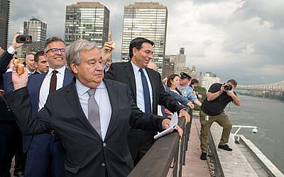Le chef de l'ONU Antonio Guterres, à gauche, et l'ambassadeur israélien Danny Danon participent au rite du  Tashlich ritual à New York le 7 septembre 2018 (Autorisation/Nir Arieli)
