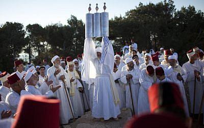 Des Samaritains prient pendant un pèlerinage célébrant la fête de Pessah sur le mont  Gerizim aux abords de la ville de Naplouse, en Cisjordanie, le 11 mai 2012 (Crédit : Yonatan Sindel/ Flash90/File)