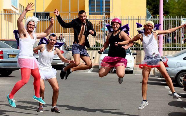 Photo illustrative d'Israéliens lors de Purim (Crédit : Flash90)