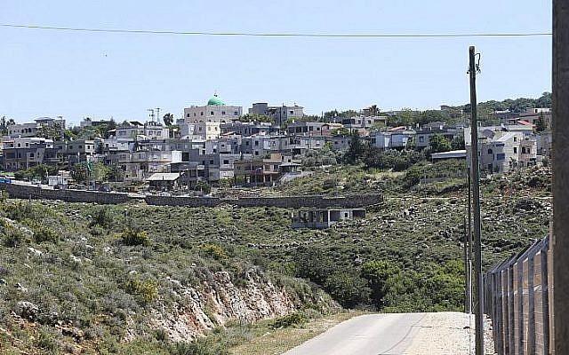 Vue du village bédouin d'Aramsha, en Galilée occidentale, en avril 2015. (Crédit : Nati Shohat/Flash90)