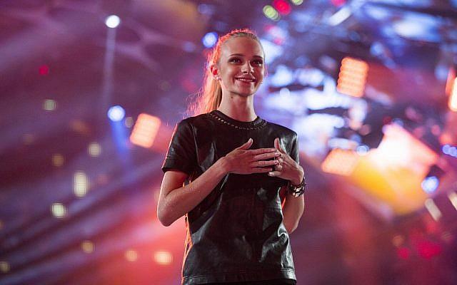 Le mannequin israélien Stav Strashko lors de la finale de l'émission Big Brother VIP, le 16 juin 2015 (Crédit : Yonatan Sindel/Flash90)