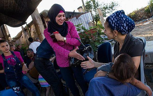 Photo d'illustration : Les Juifs israéliens et les Palestiniens se parlent durant une réunion de coexistence en Cisjordanie, le 22 juillet 2015 (Crédit : Nati Shohat/Flash90)