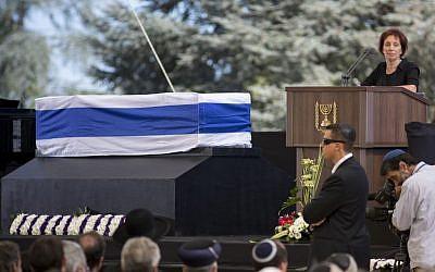 Tzvia Walden, fille du président israélien Shimon Peres lors de la cérémonie d'Etat des funérailles de son père sur le mont Herzl, à Jerusalem, le 30 septembre 2016 (Crédit :  Miriam Alster/Flash90)
