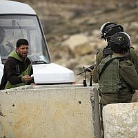 Des agents de la police des frontières à un poste de contrôle en Cisjordanie, janvier 2017 (Wisam Hashlamoun/Flash90)
