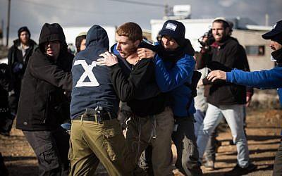 Les forces de police arrêtent des manifestants dans l'avant-poste illégal d'Amona, le 1er février 2017, lors de l'évacuation du campement. (Hadas Parush/Flash90)