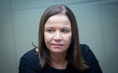 Shelly Yachimovich, députée de l'Union sioniste, assiste à une réunion de faction à la Knesset, le 1er janvier 2018. (Miriam Alster/Flash90)