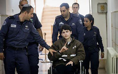 Ayman Kurd (au centre), est escorté par des agents pénitentiaires israéliens au tribunal de district de Jérusalem le 13 février 2018. (Crédit : Yonatan Sindel/Flash90)