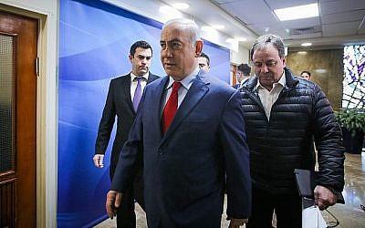 David Keyes, (à gauche), accompagne le Premier ministre Benjamin Netanyahu à la réunion hebdomadaire du cabinet à Jérusalem, le 11 mars 2018. (Marc Israel Sellem/pool)