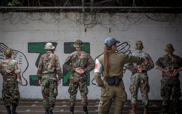 Un officier militaire parle avec des soldats israéliens emprisonnés à la Prison Four, la plus grande prison militaire, sur la base de Tzrifin, le 26 avril 2018 (Crédit :  Miriam Alster/FLASH90)