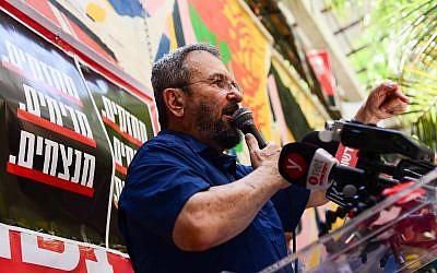 L'ancien ministre de la Défense Ehud Barak à Tel Aviv le 24 août 2018 (Crédit :Tomer Neuberg/Flash90)