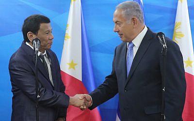 Le président philippin Rodrigo Duterte avec le Premier ministre Benjamin Netanyahu à Jérusalem, le 3 septembre 2018. (Crédit : Marc Israel Sellem/Flash90/Pool)