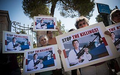 Des Israéliens protestent contre la visite du président philippin Rodrigo Duterte lors de son arrivée pour une rencontre avec le président Reuven Rivlin à Jérusalem le 4 septembre 2018 (Yonatan Sindel/Flash90).