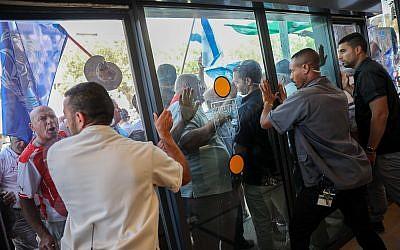 Des agents de sécurité bloquent des retraités de la police et des services de sécurité qui ont fait irruption dans le bureau du Premier ministre à Jérusalem, le 5 septembre 2018. (Crédit : Hadas Parush/Flash90)