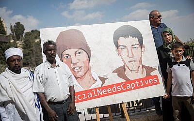 Les famille d'Avera Mengistu et de Hisham Al-Sayed devant une affiche demandant la libération de ces civils détenus par le Hamas à Gaza, le 6 septembre 2018. (Crédit : Hadas Parush/Flash90)