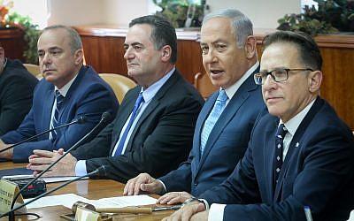 Le Premier ministre Benjamin Netanyahu, deuxième à gauche, lors de la réunion du cabinet au bureau du Premier ministre de Jérusalem, le 12 septembre 2018 (Crédit :  Marc Israel Sellem/POOL)