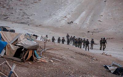 Les forces de sécurité israéliennes vues lors de la démolition de caravanes de protestation près du village bédouin de Khan al-Ahmar, en Cisjordanie, le 13 septembre 2018. (Wisam Hashlamoun/Flash90)