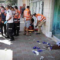 Les secours arrivent sur la scène d'une attaque au couteau contre un Israélien lors d'un attentat terroriste commis au carrefour de Gush Etzion, le 16 septembre 2018 (Crédit : Gershon Elinson/FLASH90)