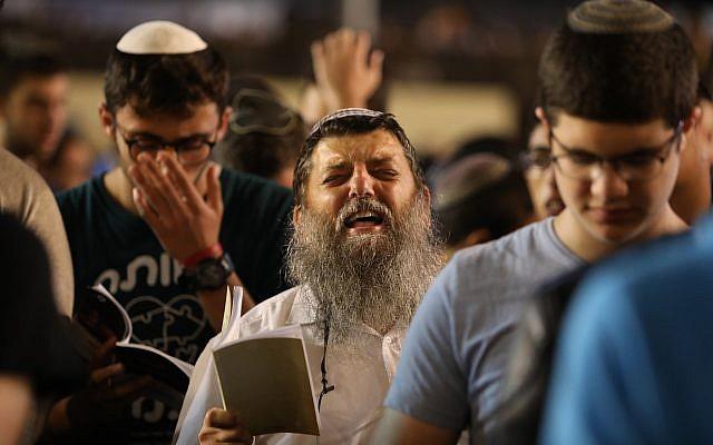 Des milliers de personnes prient pour le pardon (Selichot), au mur Occidental dans la Vieille Ville de Jérusalem, le 16 septembre 2018. (Photo par Noam Revkin Fenton/Flash90)